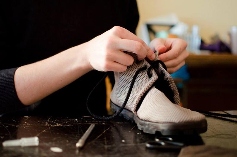 """""""Tireless"""" – tai batai iš automobilių padangų, sukurti Pramonės gaminių dizaino studentų!"""