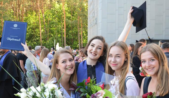 Kviečiame prisiminti: diplomų įteikimo švenčių akimirkos
