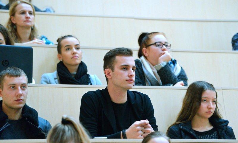 Kviestiniai svečiai su studentais dalinosi savo verslumo patirtimi