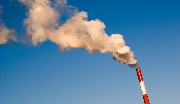 Pagrindinis oro taršos šaltinis miestuose – kietojo kuro deginimas