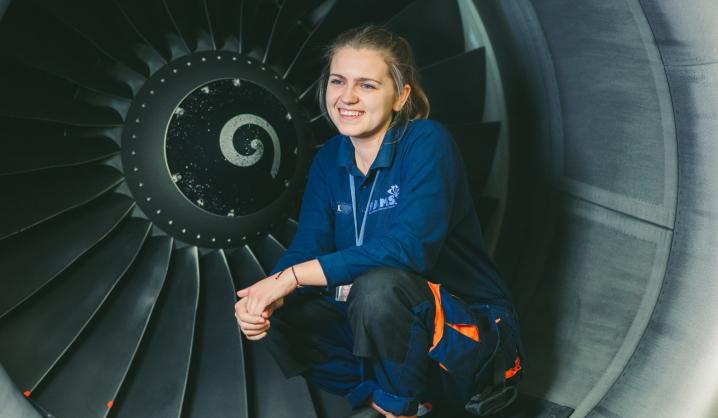 VGTU absolventė įrodė, kad lėktuvus taisyti gali ne tik vyrai