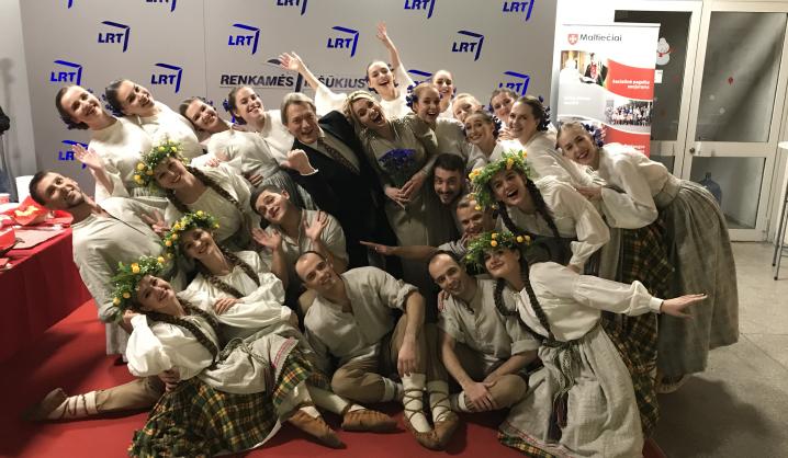 """Tiesioginėje transliacijoje kvietė """"Maltiečiams"""" aukoti ir VGTU šokių ansamblis """"Vingis"""""""