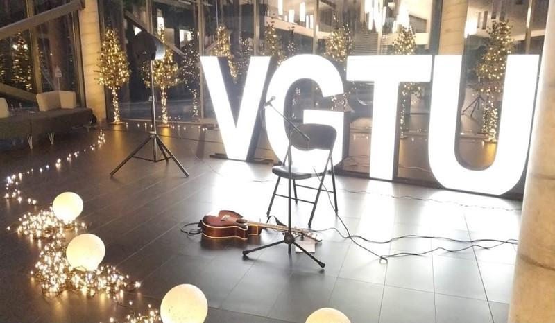 Studentė Kamilė Inčiūraitė univesiteto bendruomenei pristatė savo kūrybos dainas