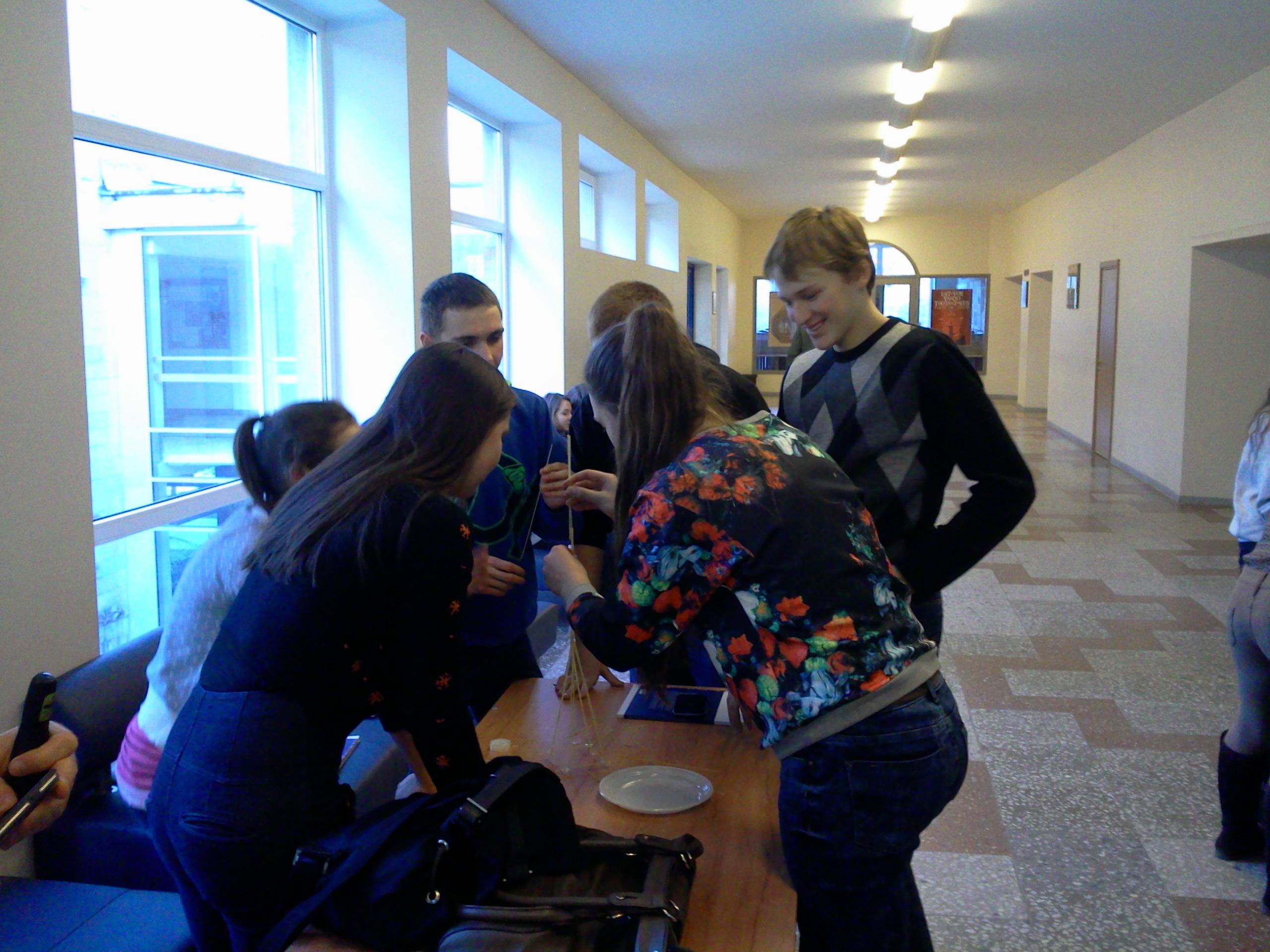 """VGTU """"Atvirų durų dieną"""" moksleiviai aktyviai dalyvavo rungtyje """"Bokštų iššūkis"""""""