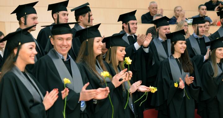 VGTU žiemą baigusiems absolventams įteikti diplomai