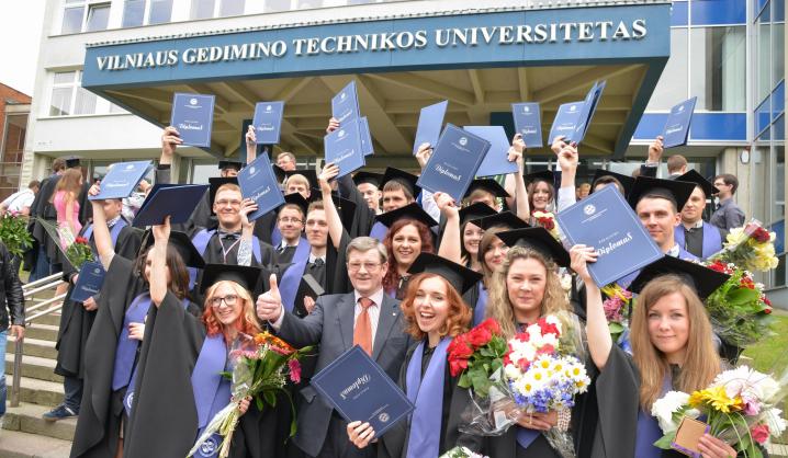 Diplomų įteikimuose – garbūs svečiai ir jų dovanos absolventams (nuotraukų galerija)