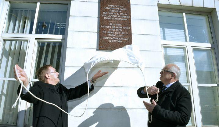 Ant VGTU Kūrybinių industrijų fakulteto sienos – atminimo lenta garsiam latvių poetui