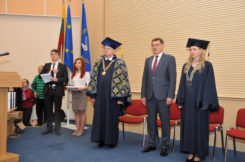 VGTU pasveikinti universiteto absolventai