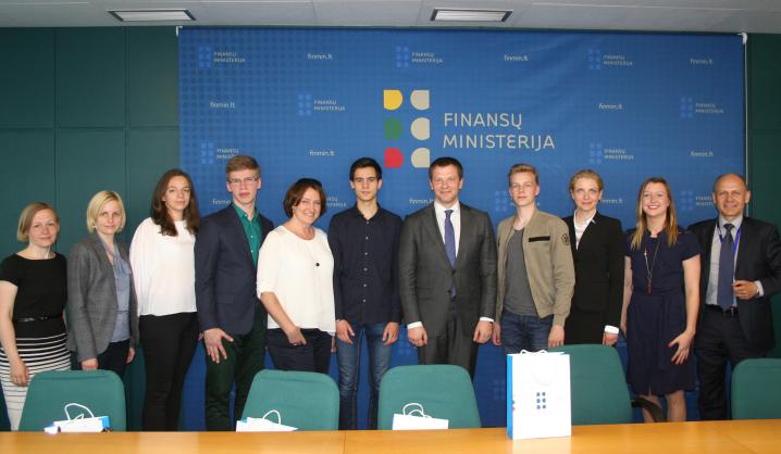 Išskirtinė galimybė: finansų olimpiados nugalėtojai susitiko su LR Finansų ministru