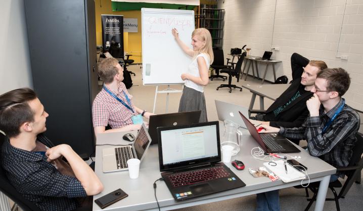 """Jau rytoj: """"Hacker Games"""" hakatono dalyviams talkins profesionalūs mentoriai"""