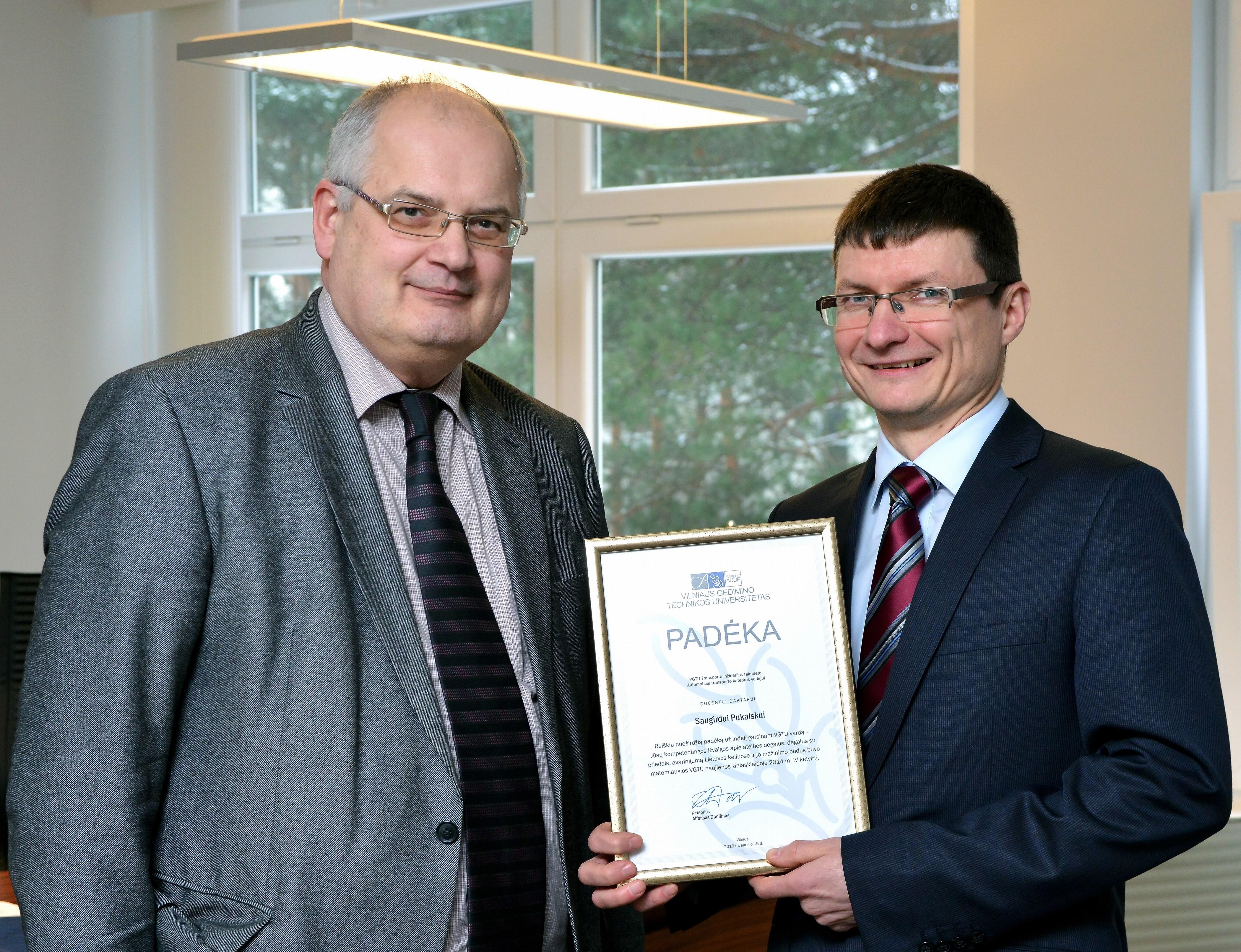 Rektorius pasveikino ryškiausią 2014 m. IV ketvirčio VGTU ekspertą žiniasklaidoje prof. S.Pukalską