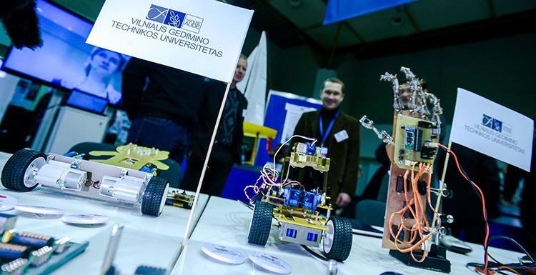 Robotikos akademijos stovyklos moksleiviams ir ne tik
